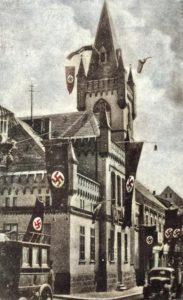 Ratusz w obcych flagach czasu okupacji